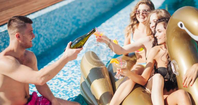 How to Plan a Pool Party: 14 Steps
